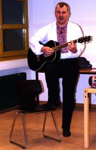Кирил Булкін з піснею.