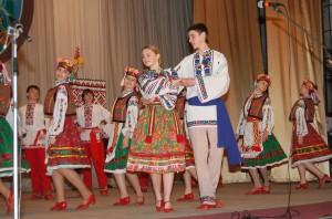 діти танцюють