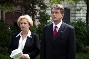 Віктор Ющенко та Ярослава Хортяні під час урочистого відкриття у Будапешті пам'ятного знака жертвам Голодомору 1932-33 рр. (29 квітня 2009 р.)