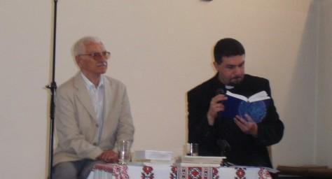 Євген Сверстюк і отець Сергій Данків на зустрічі в церкві св. Миколая, Берлін, 31.05.2009