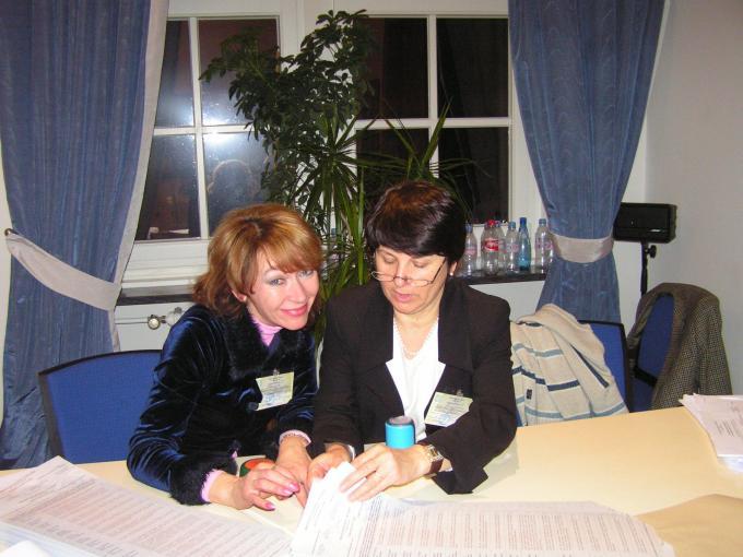 Члени комісії Світлана Авдієнко (зліва) і Параска Балтажи за підрахунком бюлетенів, ДВК 62, 17.01.2010 р., Берлін