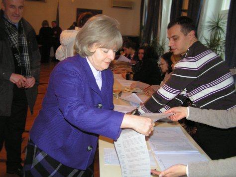 Посол України в ФРН Наталя Зарудна отримує бюлетень для голосування, 17.01.2010, Берлін, Німеччина