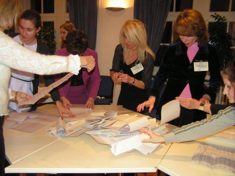 Члени комісії сортують бюлетені, ДВК 62, Берлін, 17.01.2010 року