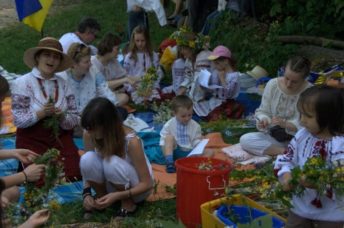 Дівчата плетуть віночки...
