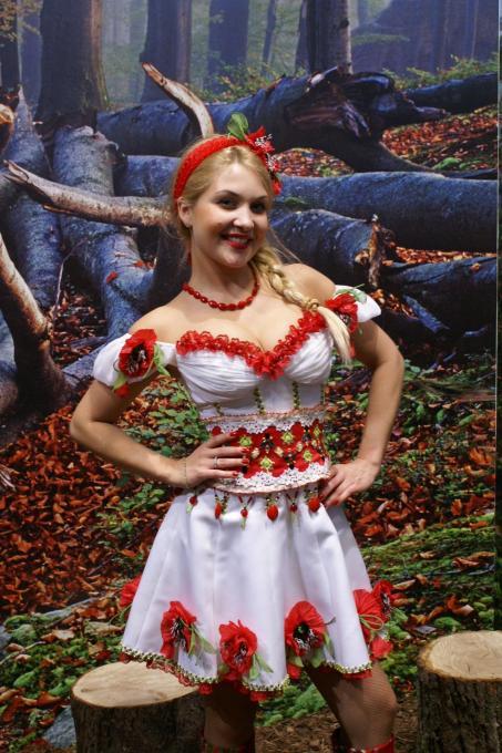 Українка позує на ІТБ на фоні картини закарпатського лісу, Берлін 2011, фото: Ольга Самборська