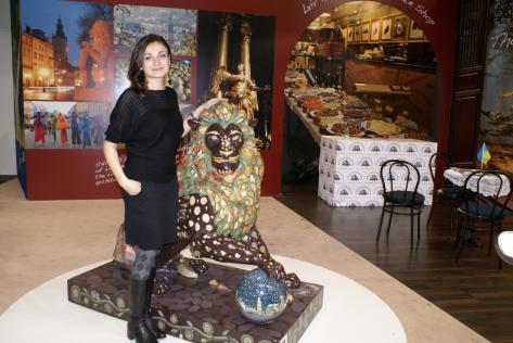 Прощальне фото з левом. Пані Оксана з львівської міськради привезла лева до Берліна. 2011 рік