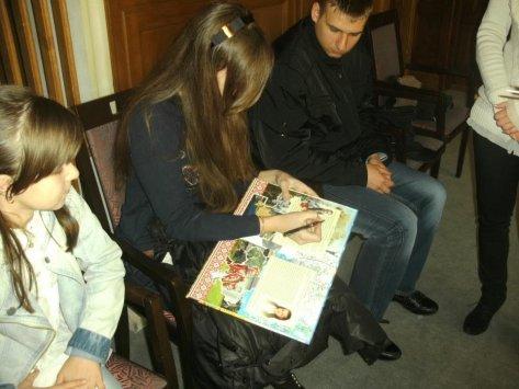 Член делегації проекту Аня Гаган (Київ) підписує подарунок Абетки для представника громадськості міста Хільден