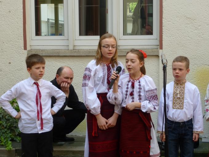 Співають Софія та Уляна Ковальчуки