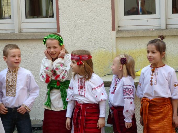 Учні Української суботньої школи (Тюбінген) вітають усіх із Великоднем
